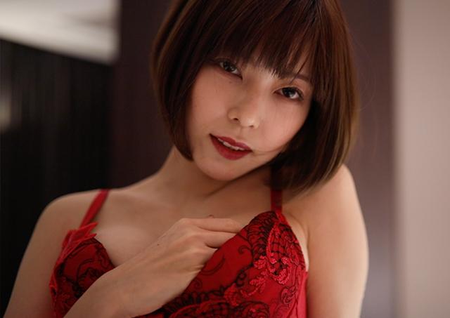 下着姿のセクシーな女性とSMプレイ